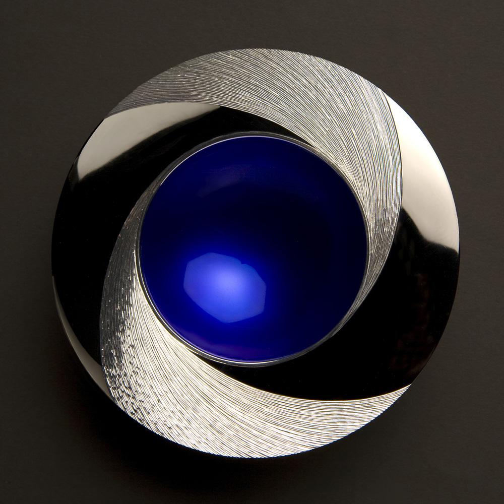 "<a href=""/jewellery/night-spinning-bowl-110-mm-diameter-silver-rim-hand-engraved-centre-bowl-enamelled-deep"">&quot;NIGHT&quot; Spinning Bowl 110 mm diameter. Silver,  rim Hand Engraved, centre of bowl enamelled deep blue. Limestone base.</a>"