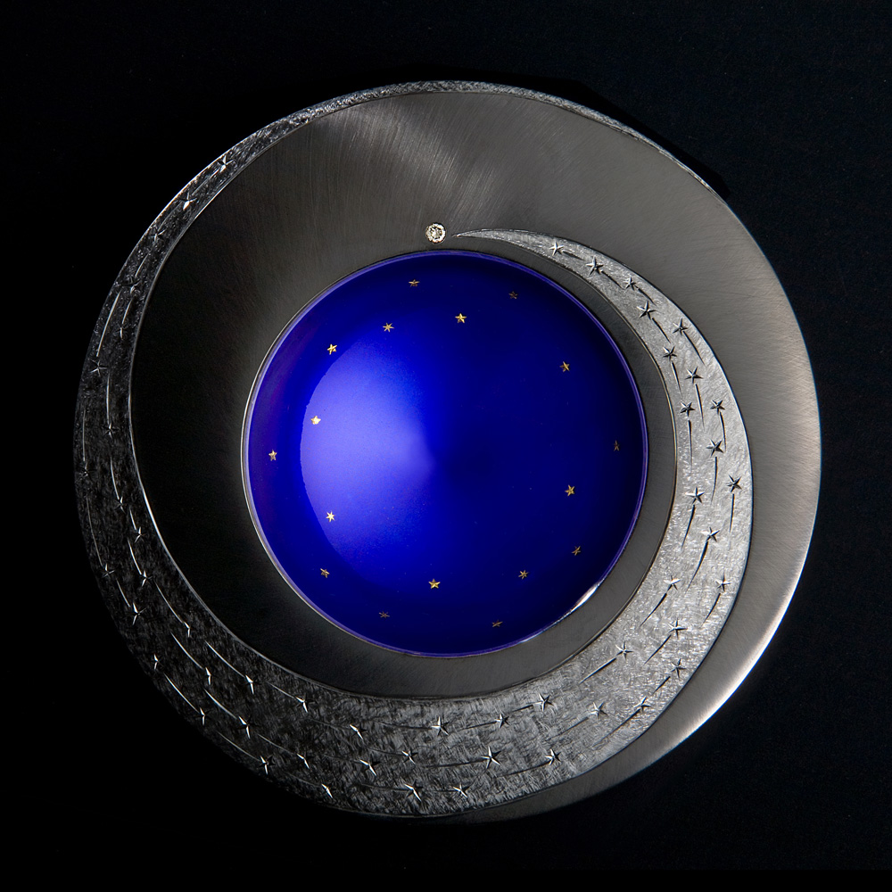"<a href=""/jewellery/spinning-comet-bowl-night-2009-silver-hand-engraved-set-grey-diamond-gold-leaf-stars-fired"">SPINNING COMET BOWL - NIGHT. 2009, Silver hand engraved, set with grey diamond, gold leaf stars fired into deep blue enamel. 110 mm diameter. Photo : Simon B Armitt</a>"